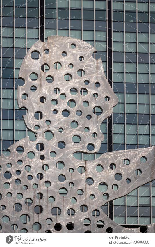 Molecule Man mit Hochhaus #berlinerwasser Berlin_Aufnahmen_2019 Wasserbetriebe Berlin Wasserwerk_Beelitzhof derProjektor dieprojektoren farys joerg farys ngo