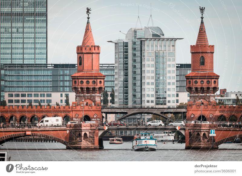 Oberbaumbrücke an der Spree in Berlin #berlinerwasser Wasserbetriebe Berlin derProjektor dieprojektoren farys joerg farys ngo ngo-fotograf Zentralperspektive