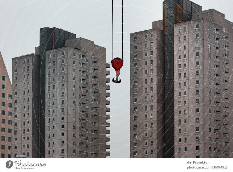 Moderne Architektur mit rotem Haken in Rotterdam Starke Tiefenschärfe Kontrast Schatten Licht Tag Textfreiraum Mitte Textfreiraum links Menschenleer