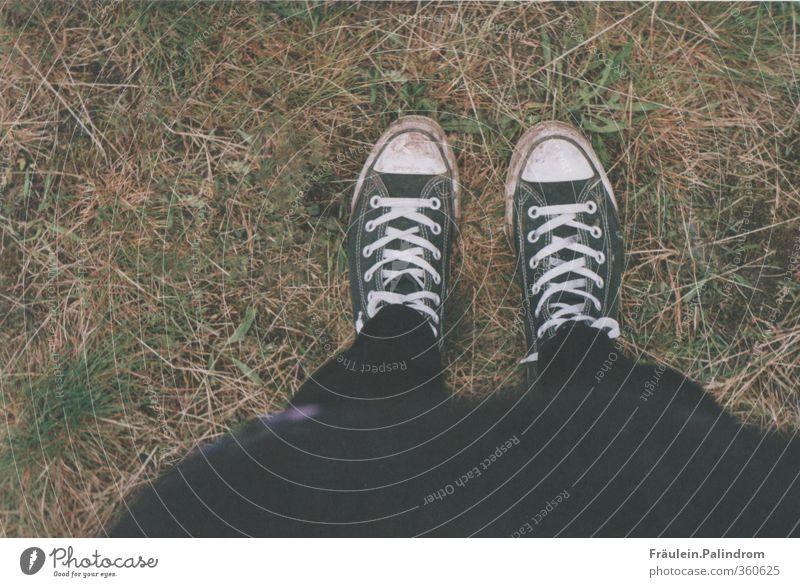 hey ho, let's go! Mensch Natur Jugendliche weiß Einsamkeit schwarz Erwachsene Wiese Leben 18-30 Jahre feminin Gras Bewegung Beine Mode Fuß