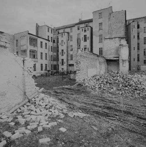 Manchmal auch grau in grau Kleinstadt Menschenleer Haus Mauer Wand Fassade Fenster alt trashig trist Stadt Verfall Vergänglichkeit Zerstörung abrissreif