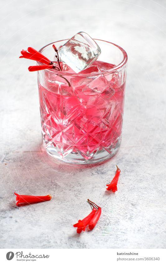 Rosa Cocktail in einem mit rosa Blumen dekorierten Glas Kirsche weltoffen Mocktail antialkoholiker trinken Alkohol Sommer erfrischend Party glänzend Getränk