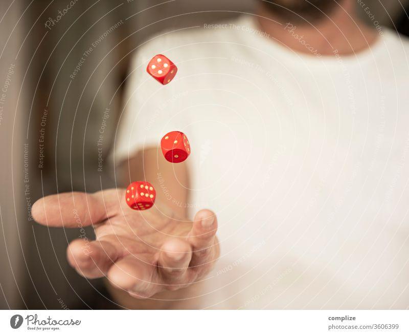 Mann wirft Würfel in die Luft Glück Spielen Schüreisen Tisch Erfolg Kapitalwirtschaft Börse Erwachsene von Hand Holz Ziffern & Zahlen werfen Hoffnung gefährlich