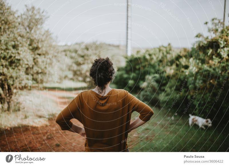 Rückansicht einer Frau, die auf dem Feld gegen den Himmel steht Lifestyle Kaukasier Erwachsene Außenaufnahme Jugendliche Freude Glück Mensch Menschen Farbfoto
