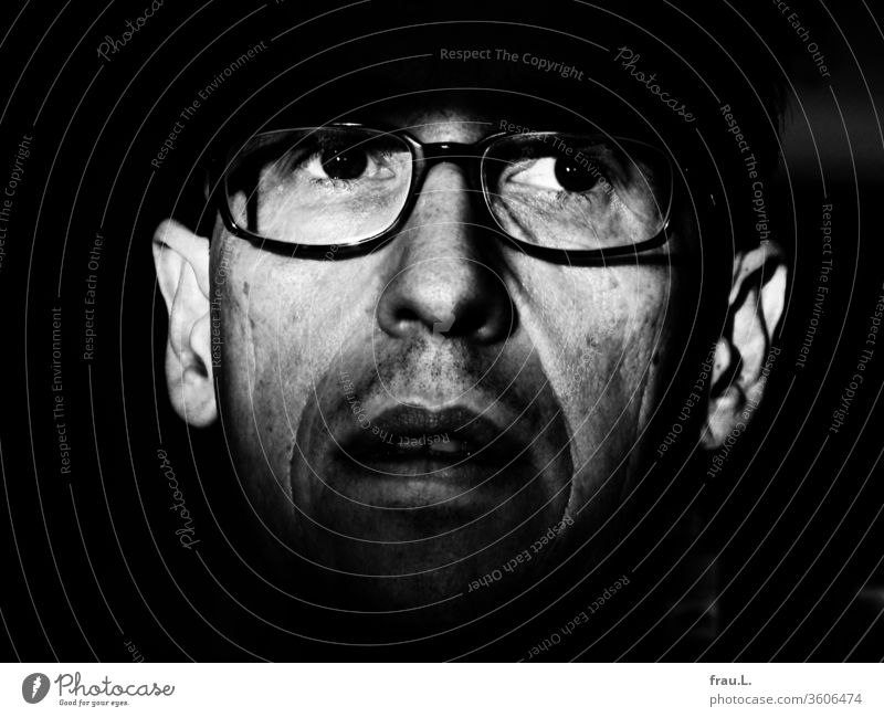 """""""Augen der Angst"""" oder """"Peeping Tom"""" hieß der Film, den der Mann gerade gesehen hatte. Brille Porträt Bart Gesicht"""