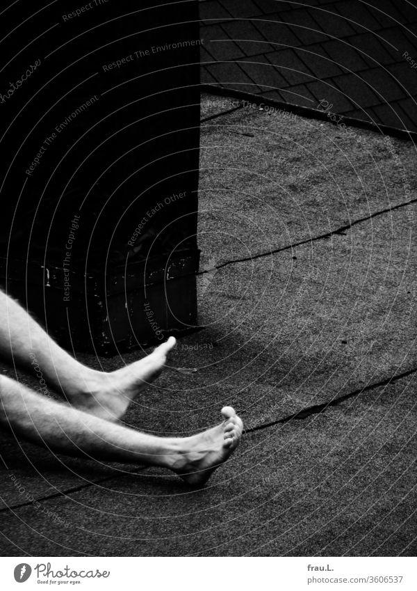 Mist, nun hatten er schon wieder einen Krampf im Bein, und das beim Sonnenbaden auf dem Flachdach ... Mann Junger Mann Beine nackt Erwachsene Fuß Dach Teerpappe