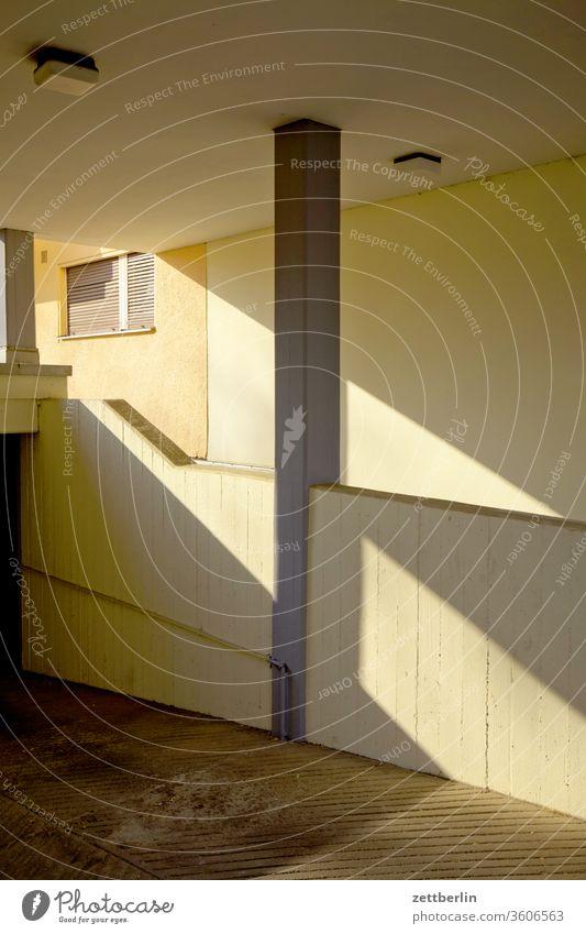 Tiefgarage berlin haus urban gebäude tiefgarage einfahrt zufahrt keller wand mauer neubau wohnen wohnhaus wohngebiet fassade fenster licht schatten textfreiraum