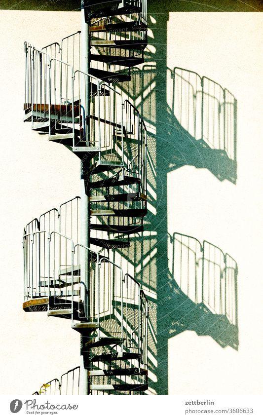 Wendeltreppe wendeltreppe außentreppe fluchtweg fluchttreppe haus wohnhaus menschenleer textfreiraum stufe aufwärts abwärts lebensweg karriere bauvorschrift