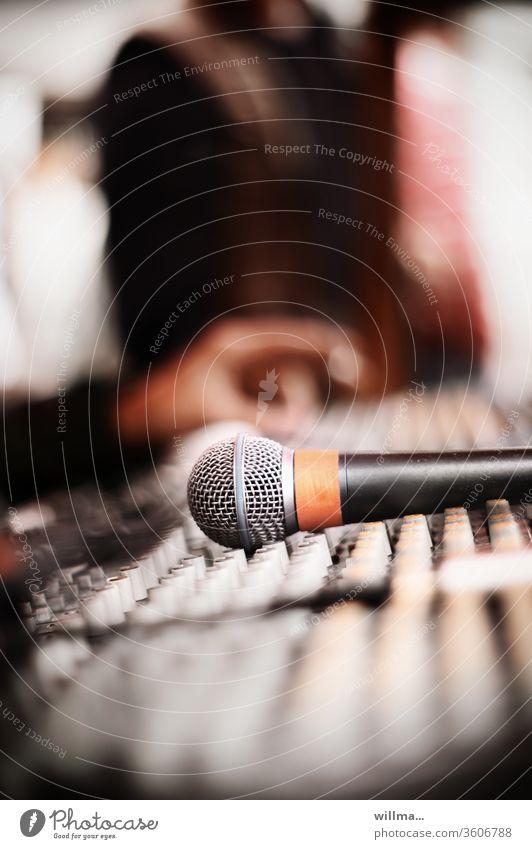 Tontechniker am Mischpult Mikrofon Podcast Elektroakustik Tonaufnahme Veranstaltungstechnik Musikproduktion Audio-Mischpult Mischer Mixer Tonmischpult Hand