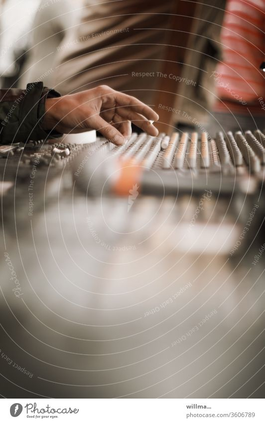 Mischpult Hand Tontechniker Aufnahme Podcast Tonaufnahme Veranstaltungstechnik Musikproduktion Audio-Mischpult Mischer Tonmischpult Musikaufnahme Elektroakustik