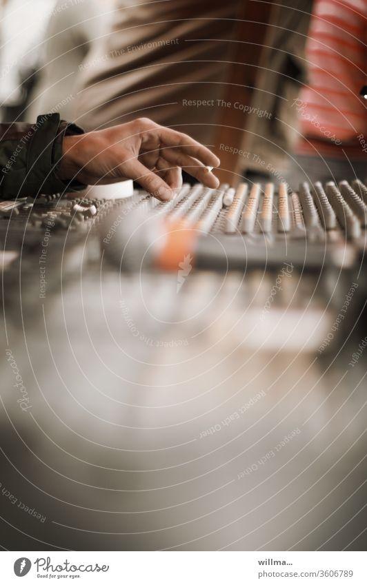 Tontechnik, Mischpult Hand Tontechniker Aufnahme Podcast Tonaufnahme Veranstaltungstechnik Musikproduktion Audio-Mischpult Mischer Tonmischpult Musikaufnahme