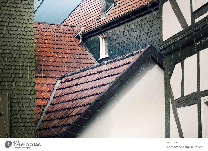 dächer haben keine namen. warum eigentlich. Dächer rot grün Fachwerk dörflich Fachwerkhäuser Alsfeld Giebel Fassade Schieferdach Außenaufnahme Farbfoto