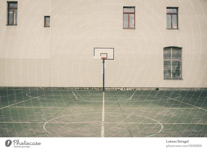 Städtischer Basketballplatz ohne Menschen architektonisch Architektur Asphalt Leichtathletik Hintergrund Korb Holzplatte Baustein Gebäude Herausforderung