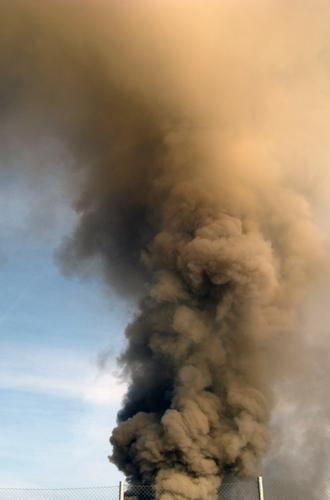 Rauchschwaden Panik Angst Umweltverschmutzung Klimawandel vergiften Himmel brennen Notfall Abgas Feuer Brand Alarm Rauchschaden Katastrophe