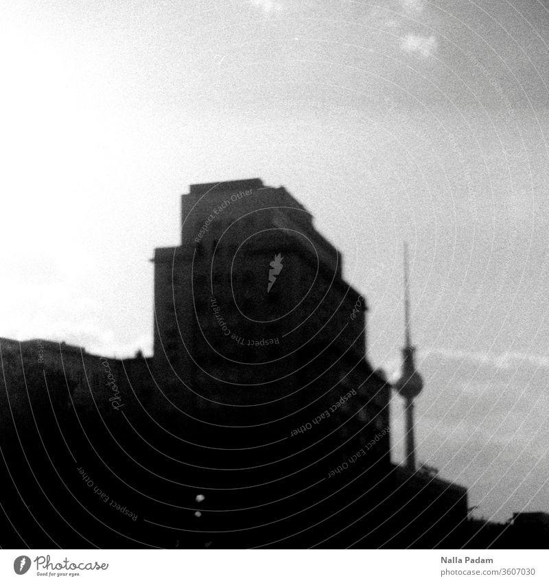 Blick vom Straußberger Platz auf Berliner Fernsehturm und Haus des Kindes Analogfoto analog Schwarzweißfoto menschenleer Hauptstadt Außenaufnahme Stadt LoFi