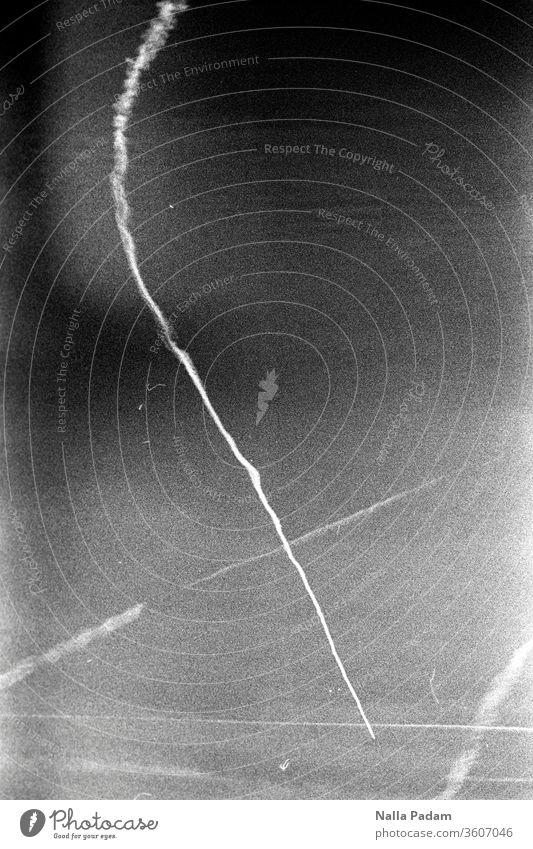 Streifen am Himmel Analogfoto analog Schwarzweißfoto Linien LoFi