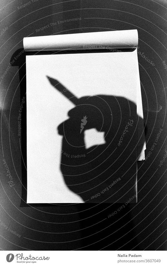 Schattennotiz Analogfoto analog Hand Notizblock Papier Stift Schwarzweißfoto Schreiben Schule Schreibstift leer blanko Idee schreiben Autor