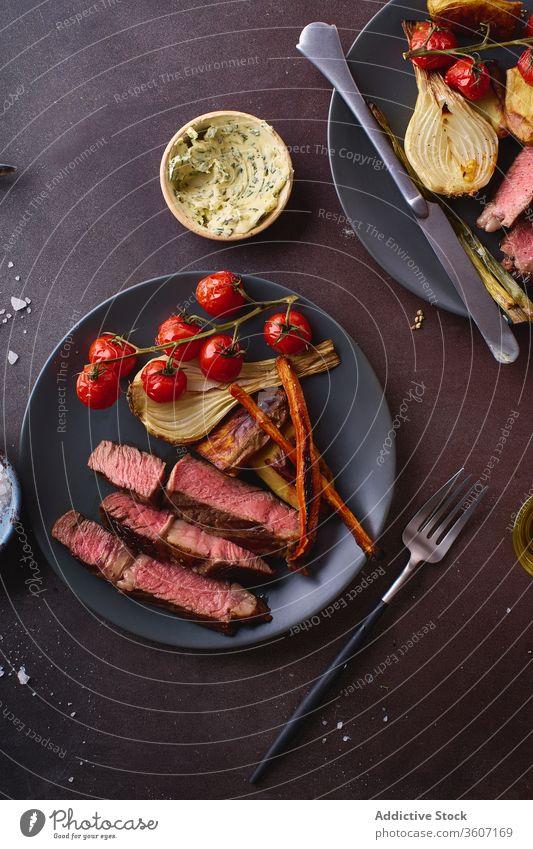 Gericht aus gekochtem Rindfleisch auf dem Tisch ribeye Steak gegrillt schwarz angus Grillrost Lebensmittel Fleisch Küche Gewürz Beefsteak gebraten geschmackvoll