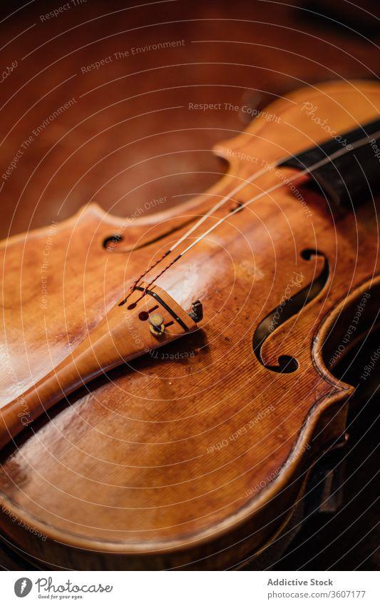 Handgefertigte Geige in der Werkstatt Schnur Klang Kunsthandwerker einstellen Resonanzboden Fähigkeit akustisch Prozess professionell handgefertigt Arbeitsplatz