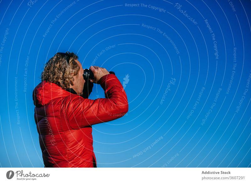 Silhouette eines reisenden Mannes mit Fernglas Reisender bewundern Landschaft Hochland malerisch männlich Island Abenteuer Natur Berge u. Gebirge dunkel