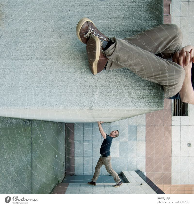 walking in my shoes Mensch maskulin Mann Erwachsene 2 30-45 Jahre Stadt Mauer Wand Blick stehen sitzen verdreht Le Parkour stoppen abstützen Hilfsbereitschaft