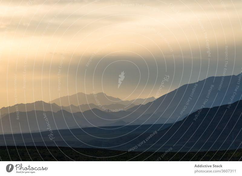 Majestätische Berglandschaft bei Sonnenaufgang Berge u. Gebirge Silhouette Landschaft Nebel Morgen spektakulär Himmel balikun China erstaunlich ruhig