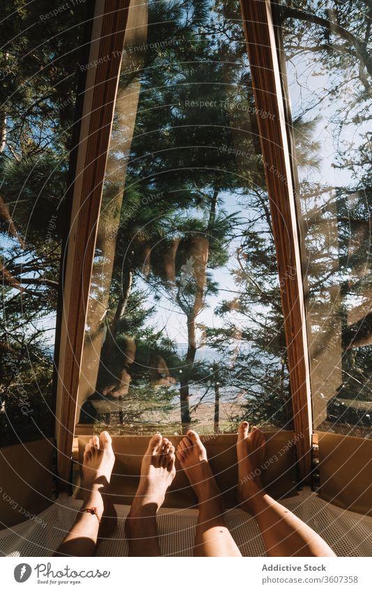 Getreidepaar entspannt sich im Haus im Wald Paar Nocken sich[Akk] entspannen Hängematte Zusammensein Lügen Urlaub bewundern Freundin Lager Partnerschaft