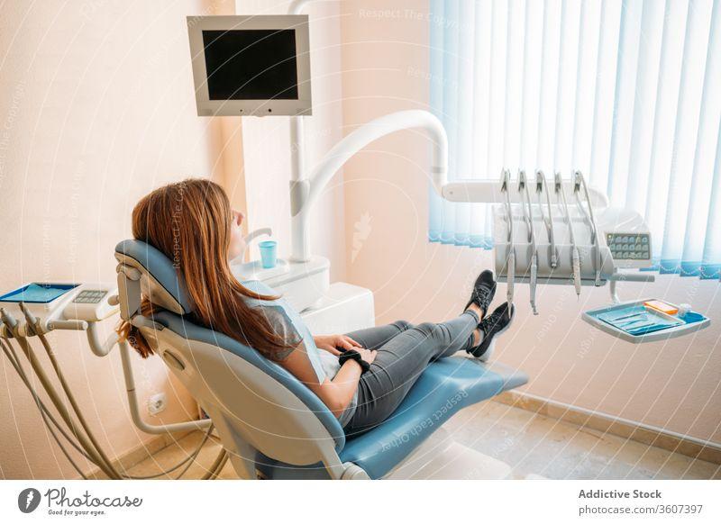 Patient auf dem Zahnarzttisch geduldig Stuhl Behandlung Medizin Dentalwerkzeug Klinik vorsichtig mündlich dental Hygiene Zahnmedizin Gerät professionell Scanner