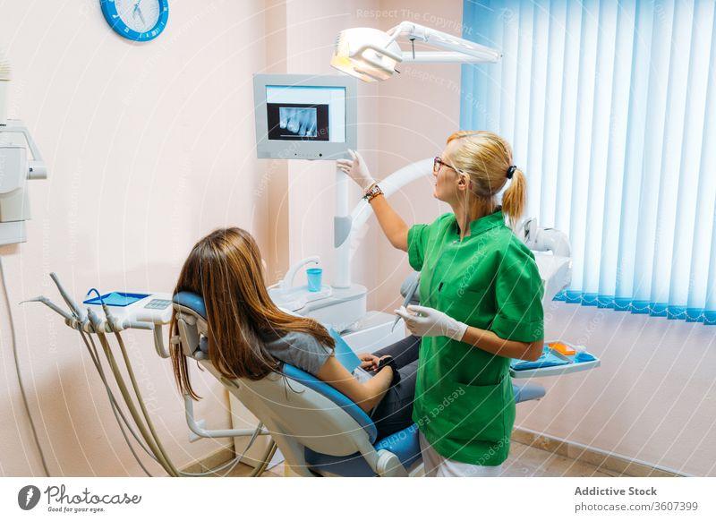 Älterer professioneller Zahnarzt zeigt dem Patienten Röntgenstrahlen geduldig Röntgenbild Büro Krankenhaus Zähne besuchen Arzt Klinik konsultieren Stomatologie