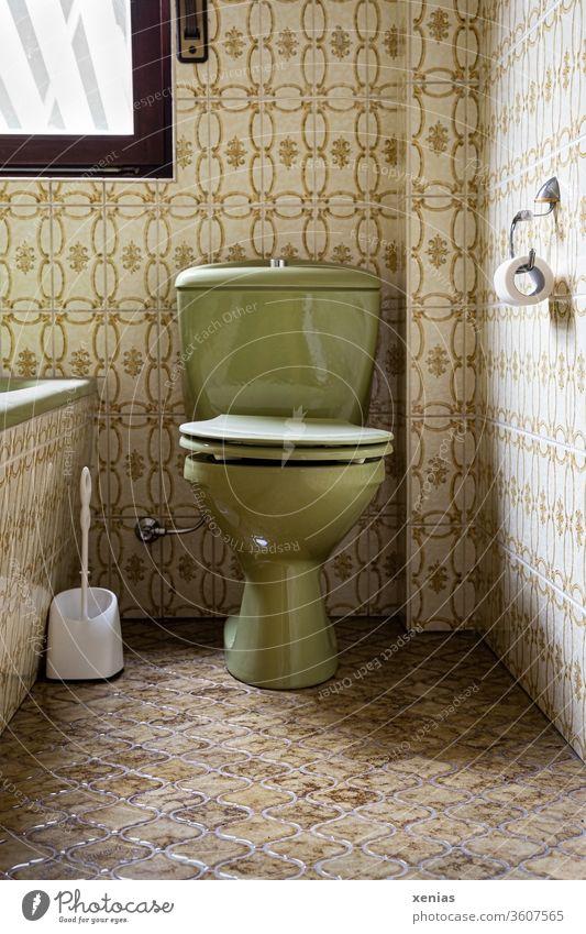alt / Grüne Toilette zwischen dezent farblich angepassten Fliesen in Retro-Look WC retro grün Badezimmer Klo Kachel Klobürste Badewanne früher 00 damals