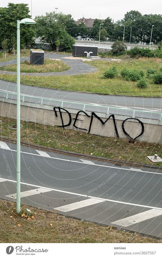 Demo - Grafitti zwischen Straßen mit Laternen an einer Mauer grafitti Grünfläche demonstration Gesellschaft (Soziologie) Zukunftsangst vandalismus Wörter