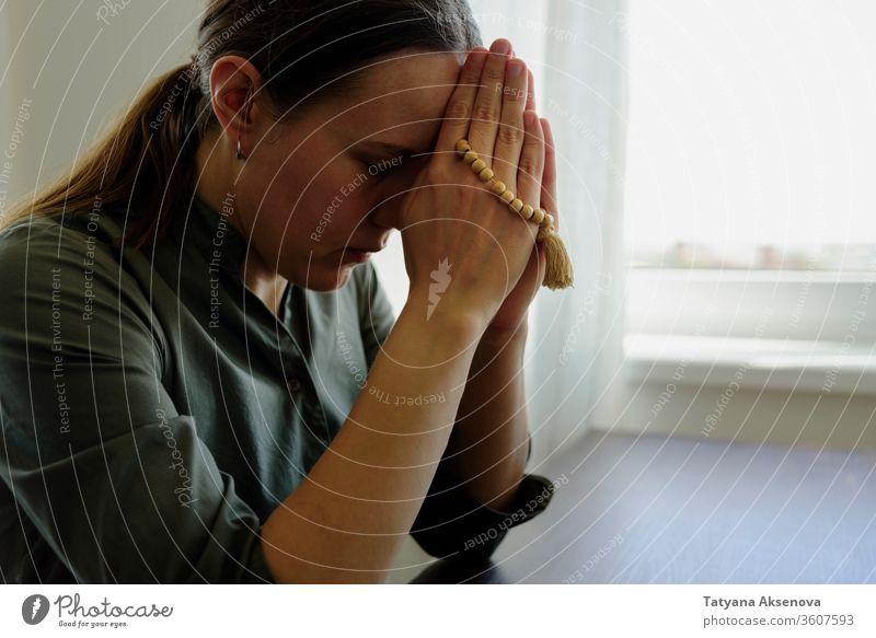 Bezahlende Frau zu Hause beten betend Religion Gebet Glaube Gott Perlen Hoffnung Anbetung Person glauben Menschen religiös heilig Meditation Christus