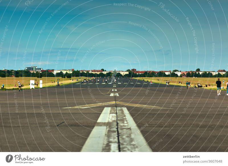 Rollbahn Flughafen Berlin-Tempelhof berlin ferne flugbahn flughafen flugplatz freiheit frühling himmel horizont rollbahn skyline sommer tempelhof