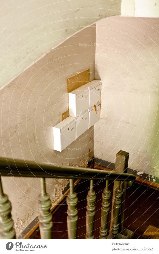 Briefkasten im Treppenhaus briefkasten post urban postkasten treppenhaus geländer treppengeländer ecke nische zustellung berlin leben mitte schöneberg stadt