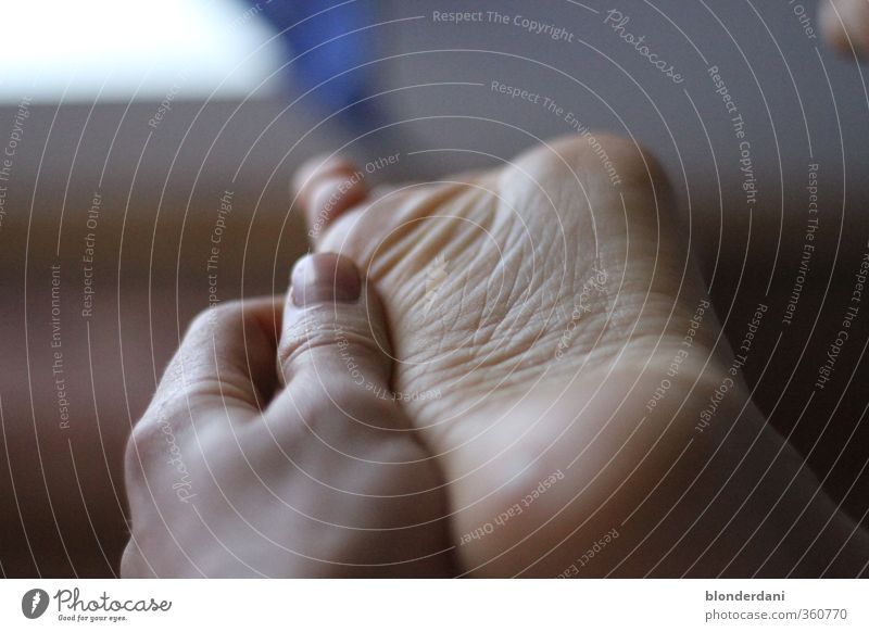 Akupressur Mensch Haut Hand Finger Fuß 18-30 Jahre Jugendliche Erwachsene Jugendkultur entdecken Erholung genießen glänzend Glück blau ruhig Hautfalten Massage