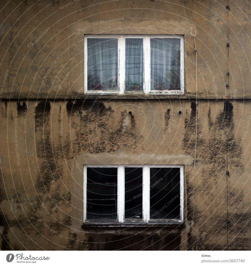 abgerockt inspiration skurril struktur muster haus mauer wand fenster perspektive düster finster trashig gardine kabel leerstand verlassen einsam flecken