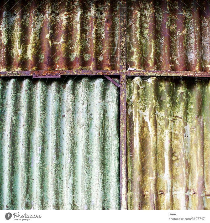verdamp lang her alt Inspiration hart Oberfläche wand metall blech linien grün gelb unsauber wellblech trashig dreckig abgenutzt lagerhalle gebäude architektur