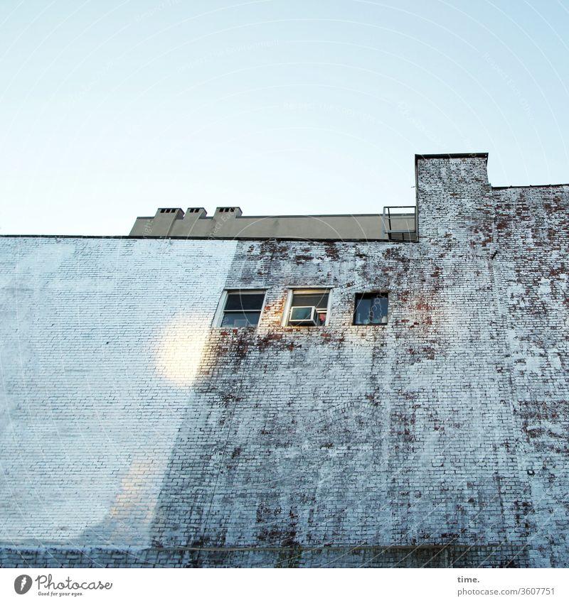 Brooklyn Backyard inspiration skurril struktur muster haus mauer wand fenster dach Himmel lichtflecken blau sonnig schornstein balkon lüftung backstein