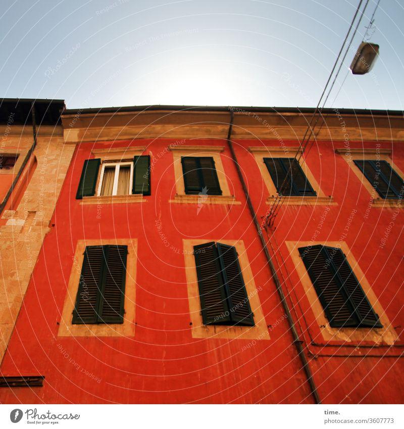 alt | und lebendig haus damals früher nostalgisch kaputt lost places stein wand sonnig kabel lampe straßenlaterne rot orange gelb fensterläden perspektive dach