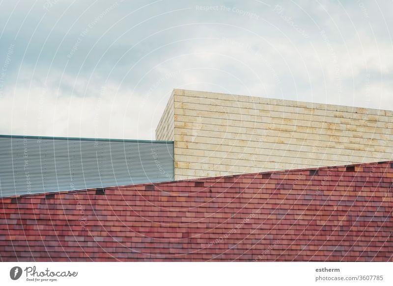 bewölkter blauer Himmel und verschiedene Gebäude wohnbedingt reisen Wolkenkratzer urban Großstadt Architektur Hochhaus Außenseite Dach Reihe Straße