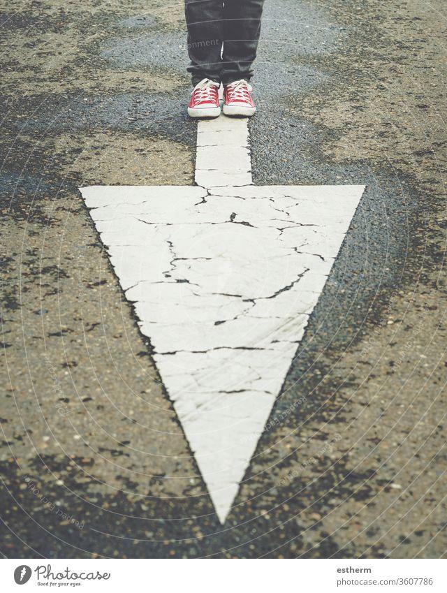 Turnschuhe in der Nähe der Pfeilmarkierung der Straße trendy Fuß Menschen Route Reisender Regie Abenteuer erkunden reisen Schuhe Zeichen Single Kurs lässig Stil