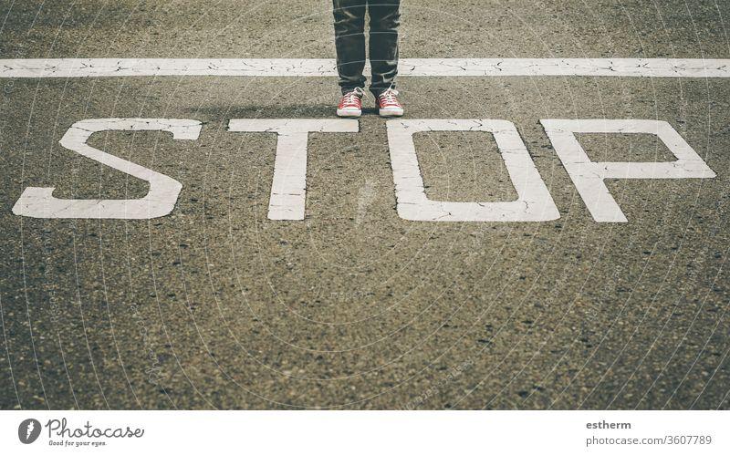 Turnschuhe in der Nähe der Haltestellenmarkierung der Straße trendy Fuß Menschen stoppen Route Reisender Stillstand Abenteuer erkunden reisen Schuhe Zeichen