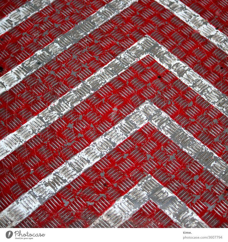 Kunst vorm Bau linie design grau parallel streifen winkel rot metall baublech richtung dreckig trashig abgenutzt baustelle kerben markierung rutschsicher
