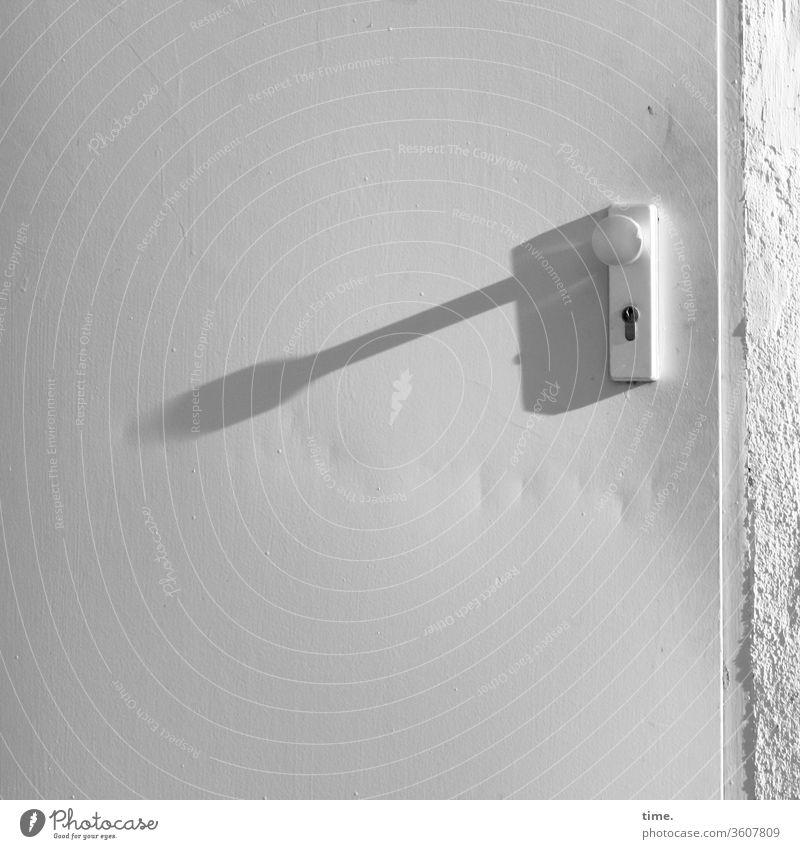 langer Schatten oberfläche tür linie design weiß grau metall schatten sonnig griff schloss mauer wand alt trashig macken druckstellen eingang