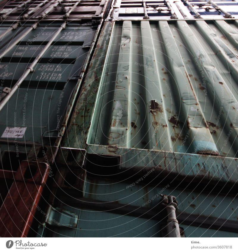 Lebenslinien #126 container Lagerlogistik verschlossen transport rost abgenutzt lager Oberfläche Inspiration hart wand metall blech grün unsauber trashig