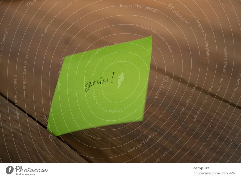 Ich bin : grün Frage Abfall Papierkorb Papiermüll zerknüllen Idee Einfall Kreativität post it postitiv ich Charakter Blatt eigenschaft Gefühle errinnerung