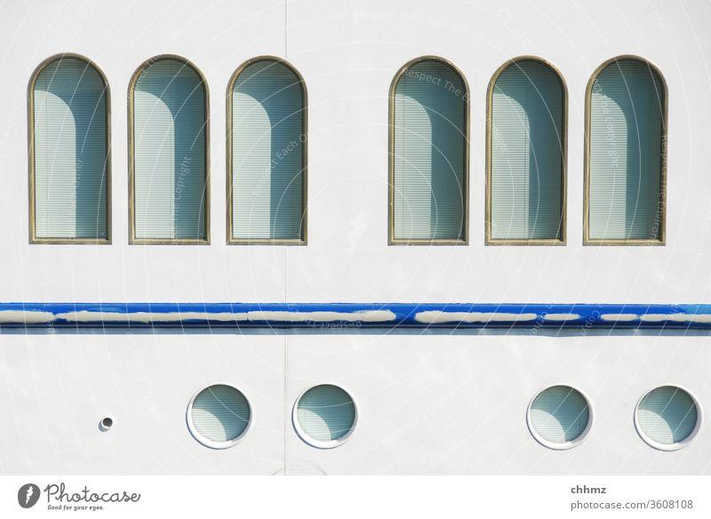Schiffsfassade Schifffahrt Außenaufnahme Wasserfahrzeug Hafen flusskreuzfahrt Bullauge weiß blau maritim Metall Kreuzfahrt Tourismus Ferien & Urlaub & Reisen