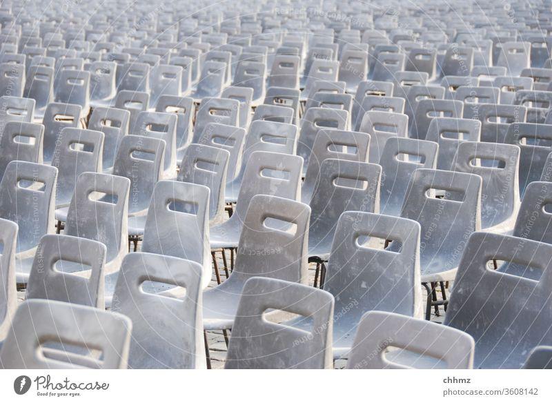 Stuhlreihen sitzen Stühle Sitzgelegenheit Möbel leer Platz Rom Petersplatz Papst Audienz Sitzreihe Ordnung Bestuhlung grau viele Veranstaltung Publikum Reihe