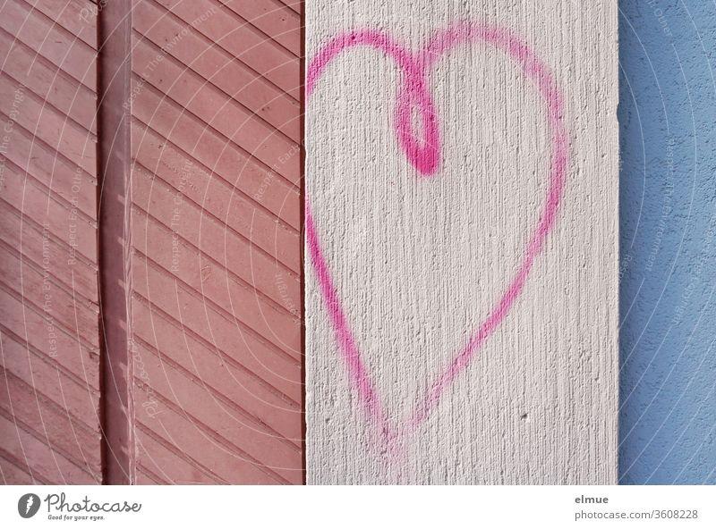 *800* I pinkfarbenes Herz, gemalt auf einer Wand zwischen anderen, farbigen Holz- und Putzstrukturen Fassade Struktur Liebe Geometrie Farbe Haus