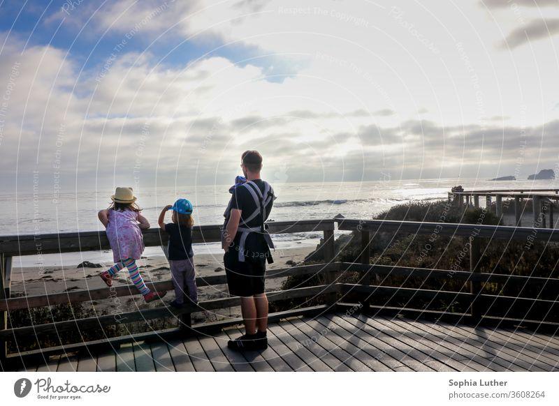 Papa / Vater mit drei Kindern schaut auf das Meer in Kalifornien Strand Sand Wasser Sommer Sonne Wellen Himmel Ferien & Urlaub & Reisen Küste Außenaufnahme